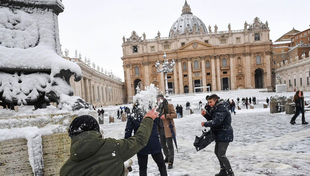 La nieve cubre la Plaza de San Pedro