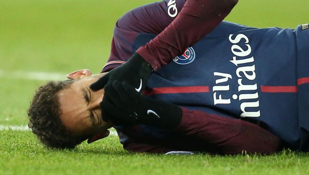 Neymar, dolorido en el suelo