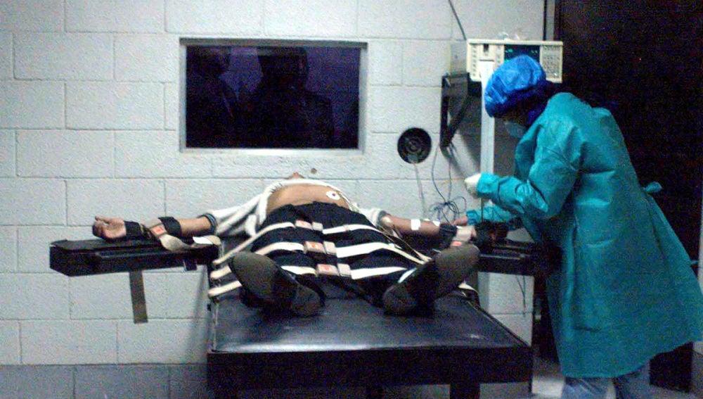 Un médico examina a un preso antes de ser ejecutado