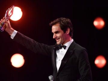 Roger Federer sonríe tras recibir su Premio Laureus