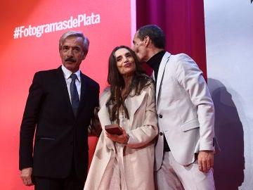 Ángela Molina recogiendo el premio de manos de Imanol Arias y Manuel Bandera