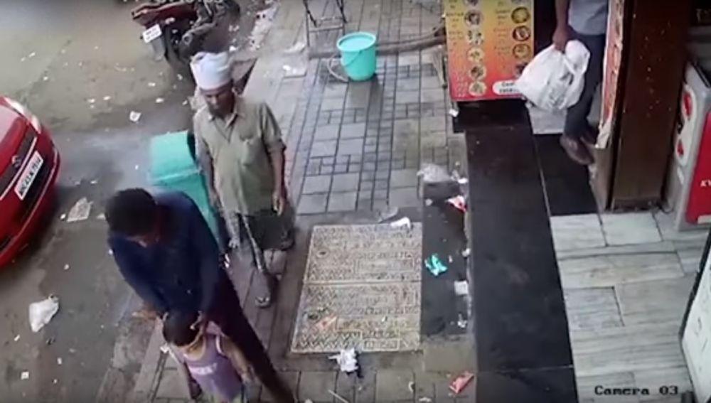 Momento en el que el hombre secuestra a la niña