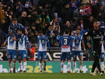 Los jugadores del Espanyol celebran el gol ante el Madrid