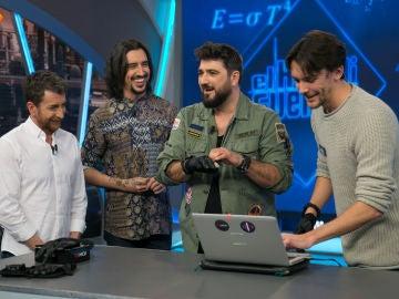 Antonio Orozco alucina con el guante que es capaz de producir música en 'El Hormiguero 3.0'