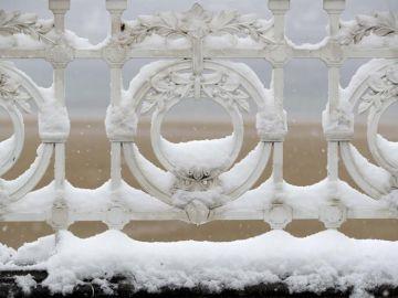 Las vayas de la Playa de la Concha (San Sebastián) cubiertas por la nieve