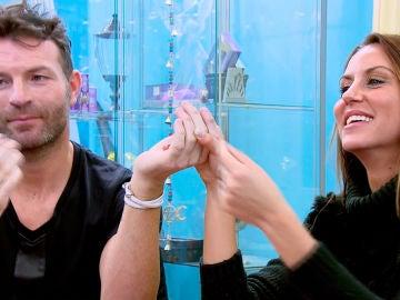 El primer contacto físico de Noelia y Raúl gracias al esoterismo
