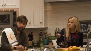 Adam Scott y Reese Witherspoon en 'Big little lies'