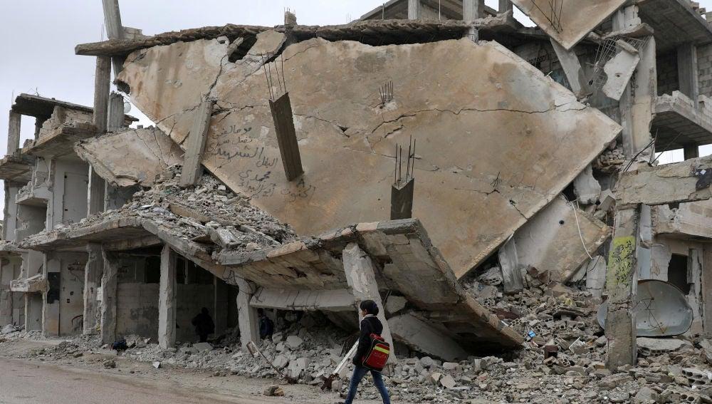 Una niña camina en Deraa