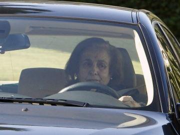 Teresa Rivero conduce su vehículo