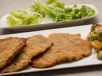 Filetes de redondo con ensalada y coles de Bruselas
