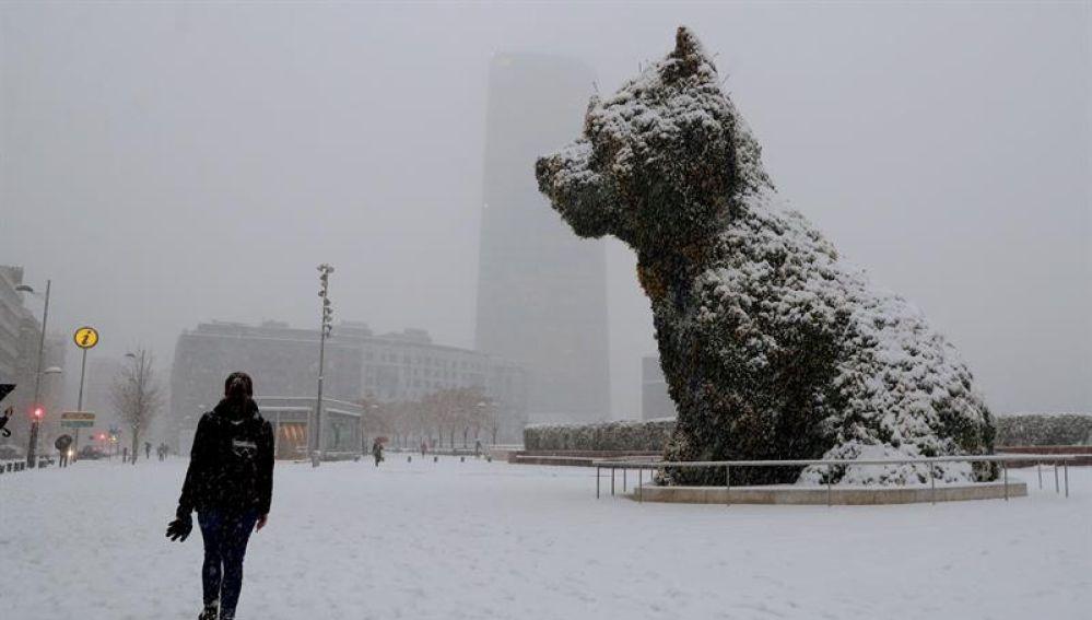La escultura 'Puppy' cubierta por la nieve en Bilbao
