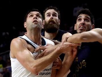Reyes pelea un rebote con los jugadores del Fenerbahce