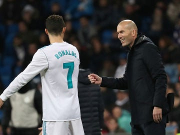 Zidane habla con Cristiano Ronaldo durante el partido contra el Getafe