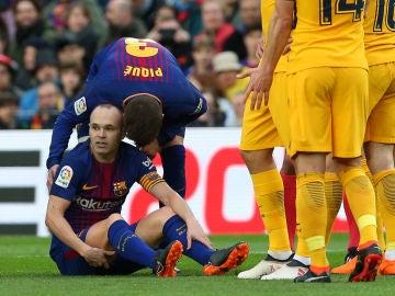 Iniesta, lesionado sobre el césped del Camp Nou