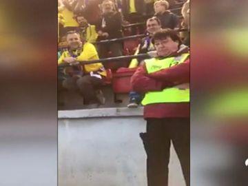 """Un encargado de seguridad 'sufre' el humor de la afición del Cádiz: """"¡Que bote Puigdemont!"""""""