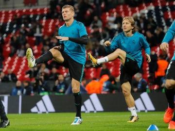 Kroos y Modric calientan antes de un partido