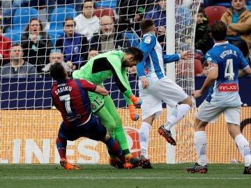 Momento del choque entre Diego López y Sadiku