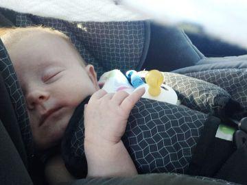 Un bebé en una sillita de coche
