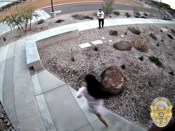 VÍDEO: Dos delincuentes huyen de la policía...y se refugian por error en una comisaría