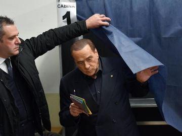 Silvio Berlusconi vota en Milán en las elecciones generales de Italia