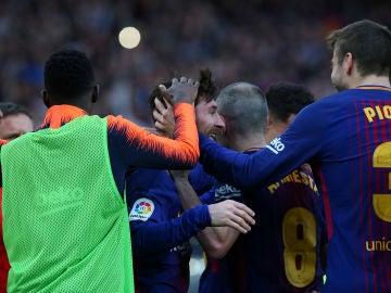 Los jugadores del Barça celebran con Messi su gol de falta contra el Atleti