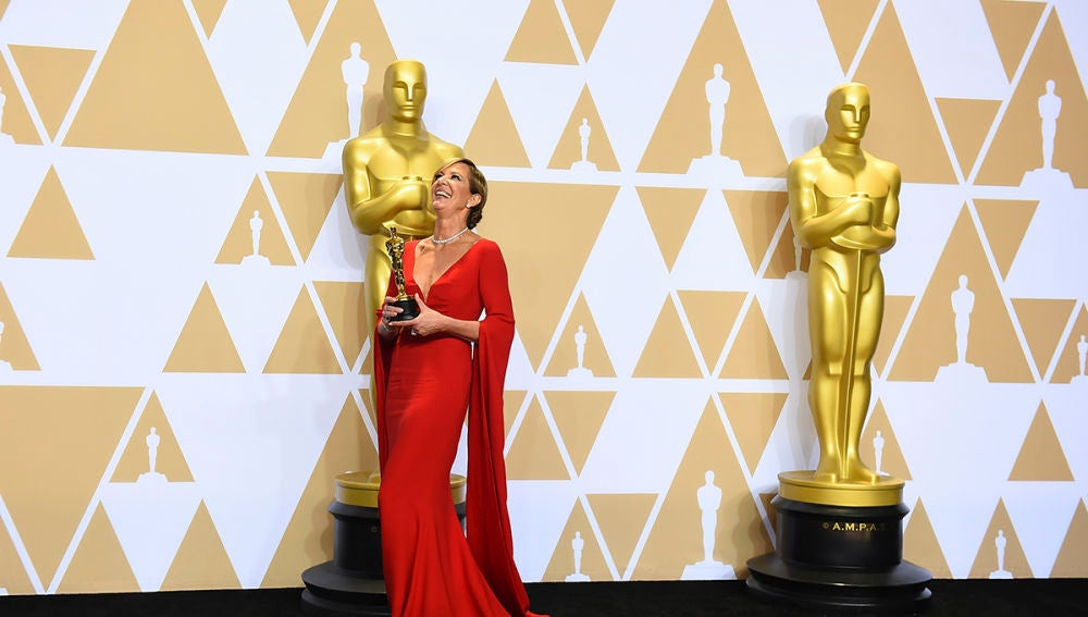 Allison Janney, feliz junto a su Oscar
