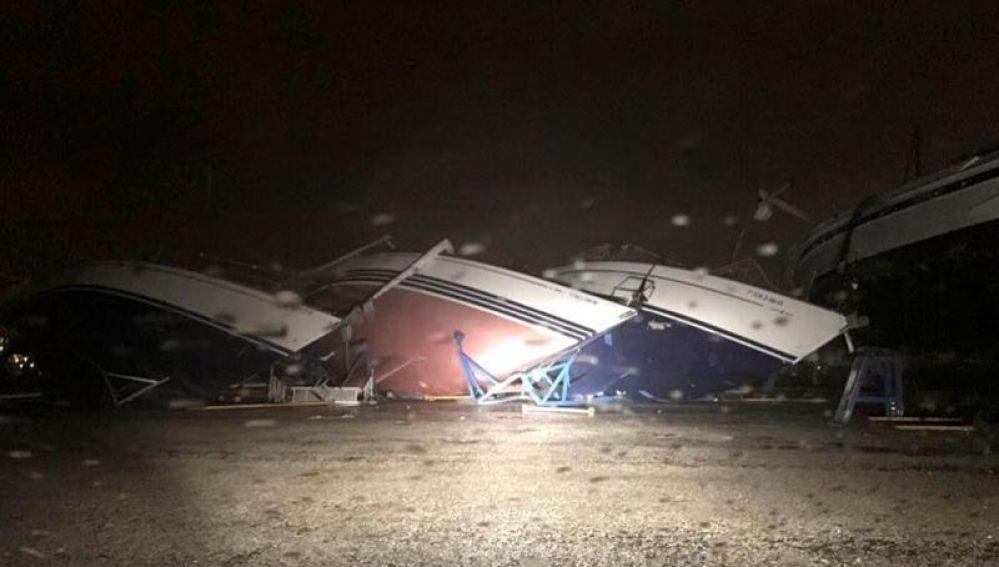 Los destrozos causados por un tornado en el puerto deportivo de Puerto Sherry