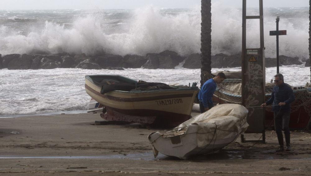 Amarran una embarcación en Almería