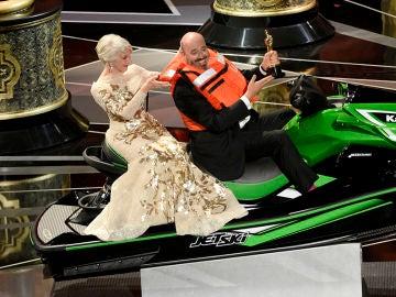 Helen Mirren subida en una moto acuática en los Oscar