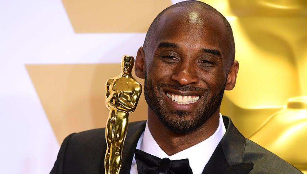 Kobe Bryant con su Oscar por Mejor Corto de Animación