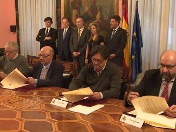 """Hacienda y funcionarios firman un acuerdo salarial que Montoro califica como """"histórico"""""""