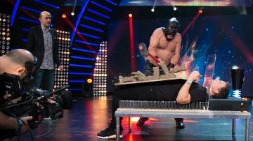 Jeff Toussaint tumba a Xuso Jones sobre una cama de pinchos en 'Hipnotízame'