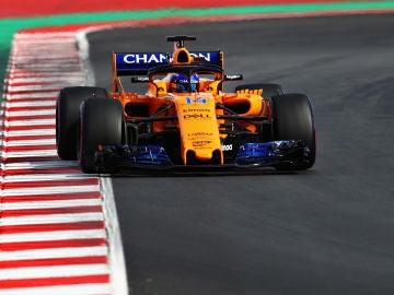 Fernando Alonso, rueda con el McLaren en Montmeló