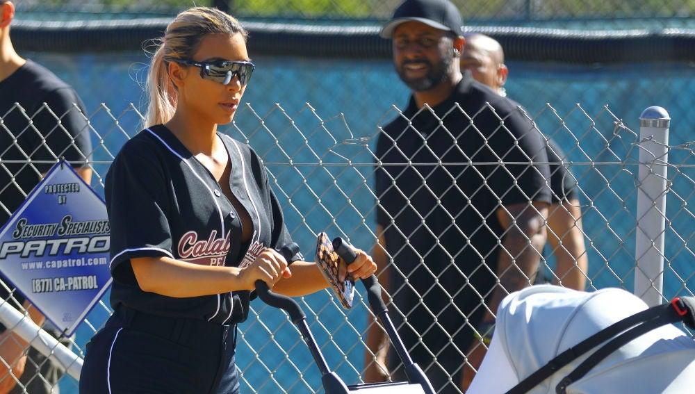 Kim Kardashian se lleva a Chicago a un partido de béisbol familiar