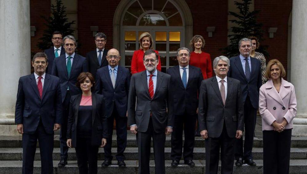 Foto oficial del nuevo Ejecutivo tras la incorporación de Román Escolano