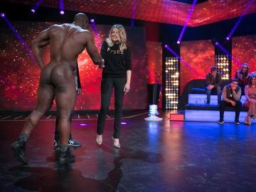 Un hombre totalmente desnudo sorprende a Inma del Moral en 'Hipnotízame'