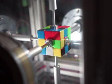 Un robot resuelve un cubo de Rubik en 0´38 segundos