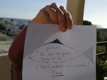 La madre de Gabriel muestra el dibujo que ha hecho para su hijo