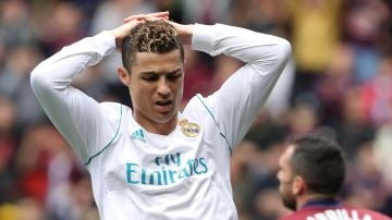 Cristiano Ronaldo se lamenta tras una jugada ante el Eibar