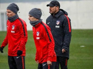 Simeone, en un entrenamiento junto a Griezmann y Gameiro
