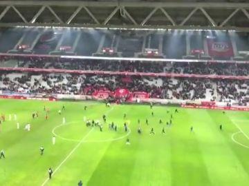 Los hinchas del Lille saltan al césped para intentar agredir a sus jugadores
