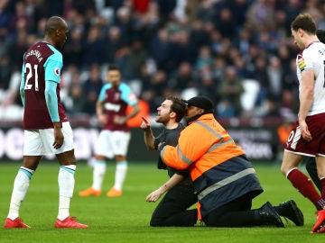 Un aficionado increpa a un jugador del West Ham
