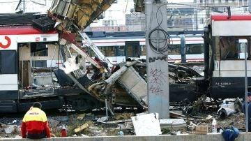 Restos de uno de los vagones en la estación de Atocha tras una explosión el 11M