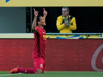 Bacca celebra un gol