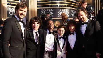 Ross y Matt Duffer, creadores de 'Stranger Things', con los chicos de la serie