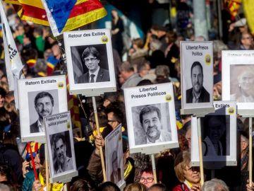 Asistentes portan pancartas durante la manifestación convocada por la Asamblea Nacional Catalana