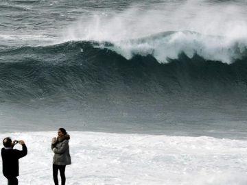Dos personas se fotografían en Muxía, A Coruña