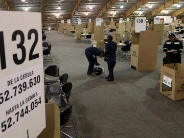 Trabajadores instalan las mesas de votación para las elecciones legislativas