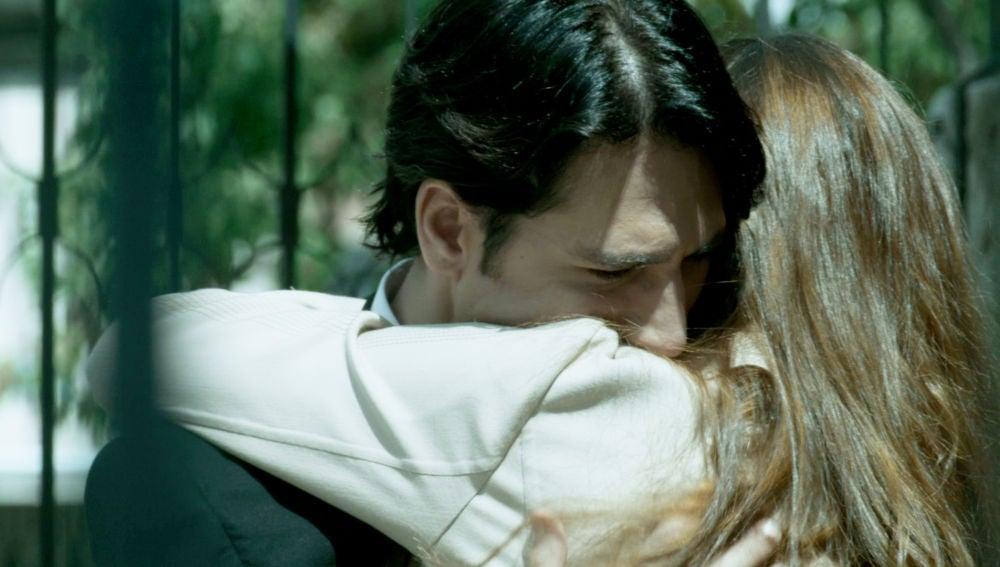 Miguel, abatido tras la muerte de su padre, se reencuentra con Cris