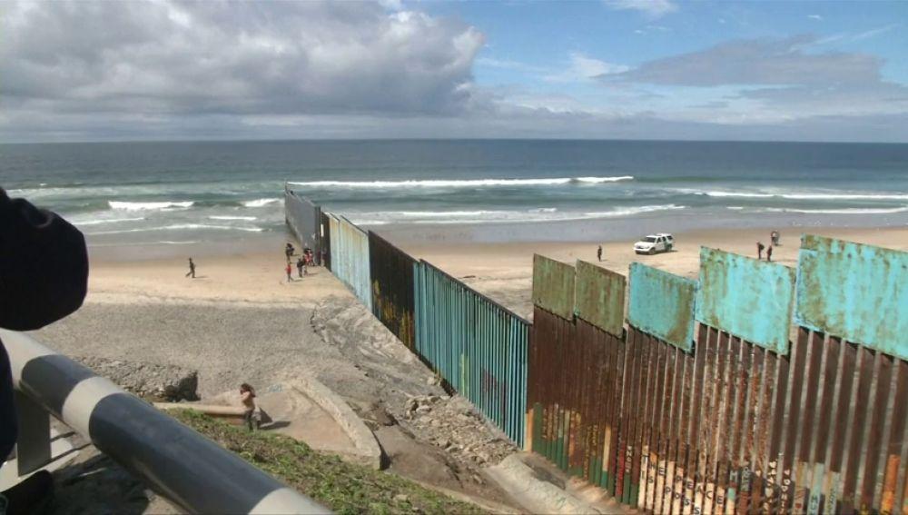 """Un grupo de turistas viaja al muro con México para ver """"lo que es vivir del otro lado de la frontera"""""""